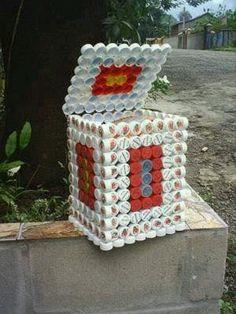Caja de tapas plásticas reusadas