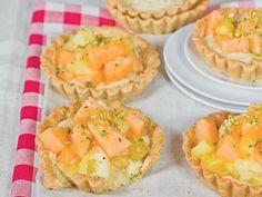 Tartellette al pistacchio con insalata di ananas e melone