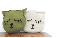 How to make a Kitty Cushion with a round pillow and a square pillow case or some fabric scraps or an old sweater too! Free tutorial (ENG+ITA) on my website! www.vendettauncinetta.com