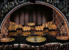 3月初,第86届奥斯卡颁奖典礼现场,主持人 Ellen DeGeneres 在台上致辞,好莱坞杜比剧院。这是她第二次主持奥斯卡颁奖典礼。摄影师:Kevin Winter