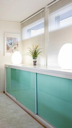 Valkoinen matala taso pastelli mintun värisillä ovilla Entryway Tables, Windows, 1950s, Mint, Turquoise, Furniture, Home Decor, Decoration Home, Room Decor