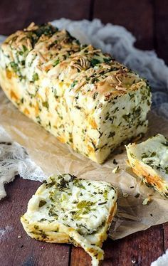 GARLIC HERB & CHEESE PULL APART BREAD - Turn your ordinary homemade bread recipes from simple to savory. Find out how in this roundup of delicious homemade bread recipes to try your hands on! I Love Food, Food To Make, Foodies, Cooking Recipes, Cheese Recipes, Herb Recipes, Cheese Food, Cheese Party, Pasta Recipes