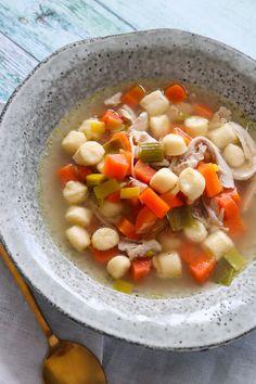 Hjemmelavet Kyllingesuppe Med Hjemmelavede Melboller - Jeg elsker hjemmelavet suppe og specielt hønsekødssuppe med kød-og melboller. Så i dag har jeg lavet min egen kyllingesuppe med hjemmelavede melboller og den smager fantastisk og er så simpel at lave. Perfekt til dette kolde vejr. #Aftensmad #Suppe #Kylling