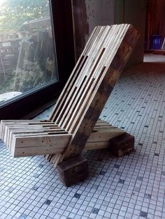 Such a stylish up-cycled garden lounger made from old wooden pallets, would love this in my garden