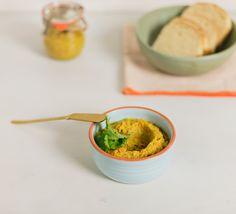 Patê de frango com curry | Receita Panelinha: Aquele recheio de frango com maçãs suculento pode virar um patê para impressionar os convidados. Para isso você vai precisar de apenas dois ingredientes: curry e folhas de coentro.