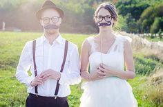 Mit diesen Photo Booth Accessoires für die Hochzeit werden garantiert lustige Bilder von euren Hochzeitsgästen entstehen. Für das Gästebuch ein Muss!