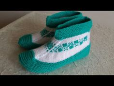 Boots made of two skewers. Knitted Slippers, Slipper Socks, Knitted Hats, Baby Hats Knitting, Knitting Socks, Knitting Videos, Crochet Shoes, Skewers, Crochet For Kids