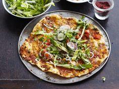 Lahmacun, die türkische Version der Pizza, ist pur und auch mit Salat ein Genuss. Hier findet ihr das Rezept für die knusprigen Teigfladen mit Lammhackfleisch. http://www.fuersie.de/kitchen-girls/rezepte/blog-post/rezept-fuer-lahmacun