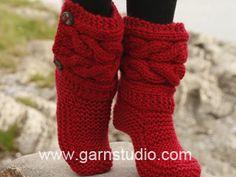"""Little Red Riding Slippers / DROPS 150-4 - Strikket DROPS tøffel i """"Eskimo"""" med fletter. Str 35 -42 - Free pattern by DROPS Design"""