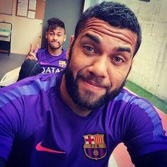 Dani Alves featuring Neymar Jr In the background. Neymar Jr, Fc Barcelona, Lionel Messi, Daniel Alves, Celebrity Selfies, Best Football Team, Soccer Players, Cute, Jay Park