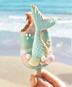 ourmet Mermaid Cake Pop 🐚 Let's go to the beach 🌊 yummy ! Chocolate Cake with sweet milk covered in milk chocolate ✨ Photo by Mermaid Cake Pops, Mermaid Cakes, Cute Food, Yummy Food, Magnum Paleta, Kreative Desserts, Cute Baking, Milk Shakes, Cute Desserts