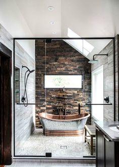 Современная ванная с элементами рустикального стиля.