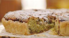 Frangipanetaart met pistache en rabarbercompote | Dagelijkse kost Love Eat, I Love Food, Sweets Recipes, Just Desserts, Surprise Recipe, Yummy Drinks, Yummy Food, Bread Cake, Breakfast Dessert