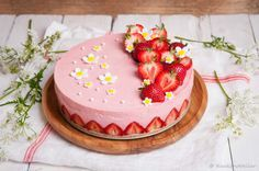 Aardbeien kwarktaart, zo luchtig is als een mousse. Met maar liefst 500 gram aardbeien in de vulling. Makkelijk en zonder oven te bereiden.