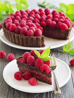 Tarte au chocolat et framboises Will be delicious with red sparkling wine! Just Desserts, Delicious Desserts, Dessert Recipes, Yummy Food, Sweet Tarts, Love Food, Sweet Recipes, Cupcake Cakes, Foodies