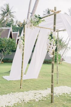 Besonders für Trauungen im Freien lohnt es sich, eine Chuppa zu bauen - einen Hochzeitsbaldachin. Diese jüdische Tradition verweist auf das Heim des Brautpaares, das nach allen vier Seiten jederzeit offen für Gäste ist. Außerdem spendet es Schatten und rahmt die Zeremonie schön ein.