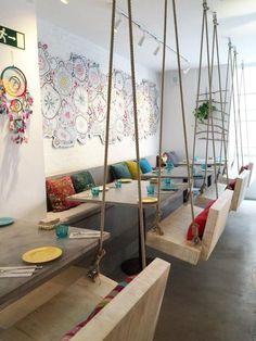 ¿Os gusta la original idea de poner columpios en vez de sillas? ¡A mí me encanta!