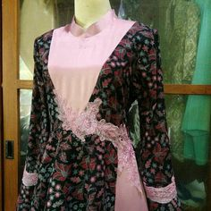Gaun batik kombinasi polos dengan aplikasi. IG @hanifahnur_istanti owner @hani_rumahmode Batik Fashion, Abaya Fashion, Muslim Fashion, Hijab Style Dress, Dress Up, Dress Batik Kombinasi, Muslim Gown, Gaun Dress, Batik Dress
