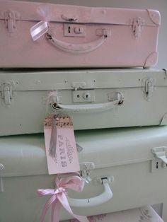 Koffers geverfd in de zachte kleuren roze en groen. Met oudroze voor meisje, hout voor een jongen.