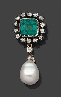 BROCHE <br>en argent sur or jaune, sertie clos d'une émeraude rectangulaire à pans coupés, dans un entourage de diamants de taille ancienne, retenant une perle de culture amovible en forme de poire légèrement baroque.  <br>Époque XIXe siècle. (monture de la perle postérieure) <br>Dans son écrin. <br>Diamètre de la perle : 14,3 mm environ. <br>Dimensions de la broche : 5,5 x 2,5 cm environ. <br>Poids : 17,5 g <br>A 19th century diamond, emerald, cultured pearl, 18K gold and silver brooch…