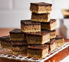 Vegan millionaire's bars These vegan, gluten-free chocolatey treats with dates, cashews and maple syrup are just as sticky and moreish as the original Millionaire's shortbreads Vegan Recipes Videos, Bbc Good Food Recipes, Veggie Recipes, Free Recipes, Healthy Desserts, Healthy Meals, Dessert Recipes, Healthy Chicken, Recipes Dinner