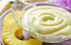 Se avete deciso di preparare una crema alla frutta, vi propongo questa deliziosa Crema all'ananas. E' molto delicata e renderà i vostri dolci irresistibili.