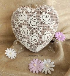 Heart with roses lace pattern by Piernikowe Serca, posted on Cookie Connection. Such control! Gorgeous workmanship.