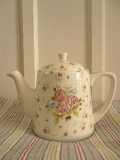 Such a precious little tea/coffee pot... :)