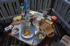 Schaut mal, mit was für einem tollen Frühstück ich mich auf meine Lesung vorbereitet habe ...!!! Und dann war auch noch Sonne auf dem Balkon !!! Mehr geht einfach nich!!!