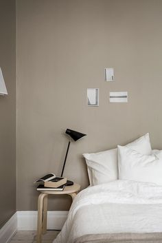 Beige is not boring, and especially with a darker tone as spotted here on Cate S… – Dresser Decor Rustic Bedroom Design, Home Decor Bedroom, Bedroom Wall, Beige Wall Colors, Beige Walls, Color Beige, Murs Beiges, Dispositions Chambre, Home Interior