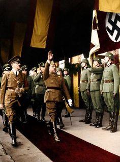 Francisco Franco and Adolf Hitler - Franco y Hitler eran dictadors. Eran los chicos malos de WWII.