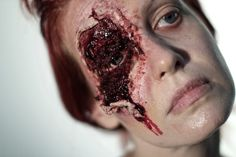 #sfx #spfx #specialfx #specialeffectsmakeup #specialfxmakeup #specialeffects #makeup #halloween #halloweenmakeup #bloody #blood #gore For this makeup I used Ben Nye nose & scar wax, creme colors and fake blood. First, I covered my eyebrow and then I applied the where I wanted the wound. Then, I painted inside the wound with the Ben Nye Ultimate FX Palette (love it) and as usually I added thick and stage blood. Quick & simple :). Afterglowsfx83