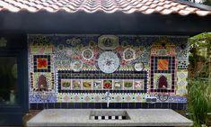 dit mozaïek heb ik tegen de wand van de schuur gemaakt van oude bordjes en restmateriaal Paint Pens, Mosaic, Mixed Media, Frame, How To Make, Painting, Home Decor, Art, Picture Frame