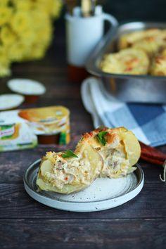Πατάτες γεμιστές με κοτόπουλο, πράσο και τυρί   Cool Artisan Bruschetta, Salmon Burgers, Chicken, Ethnic Recipes, Food, Salmon Patties, Meals, Yemek, Buffalo Chicken