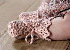 Kært sæt til baby Baby Booties Knitting Pattern, Knit Baby Booties, Baby Boots, Baby Knitting Patterns, Baby Patterns, Baby Flip Flops, Baby Barn, Baby Girl Sandals, Knitted Baby Clothes