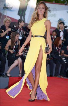 Primera alfombra roja de la Mostra de Venecia 2013: Natalia Borges, con un atrevido vestido amarillo