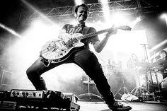 Michael Poulsen of Volbeat Rock N Roll, Guitar Hero, Guitar Players, Volbeat, Die Young, Johnny Cash, Playing Guitar, Elvis Presley, Fotografia