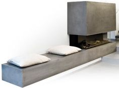 Alternative zu klassisch weiß: Kamin mit Sichtbeton, und Sitzbank