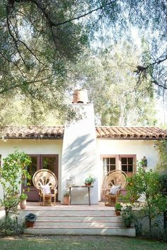 Reese Witherspoon's House in Home Again Movie. Exterior of back of a California Spanish hacienda house featured in HOME AGAIN starring Reese Witherspoon. Spanish Style Homes, Spanish House, Spanish Colonial, Spanish Revival, Elle Decor, Reese Witherspoon House, Hacienda Style, Boho Home, Home Again