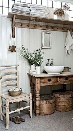 Bad badezimmer gestaltung holztäfelung shabby chic Be There For Your Kid Finding time to bond with y Ideas Baños, Decor Ideas, Decorating Ideas, Lamp Ideas, Primitive Bathrooms, Farmhouse Bathrooms, Small Rustic Bathrooms, Country Bathrooms, Bathroom Small