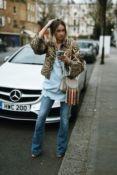 animal print jacket with boot cut jeans and fringed bag Fall Outfits For Work, Casual Summer Outfits, Boho Outfits, Stylish Outfits, Winter Outfits, Nina Suess, Tenis Gucci, Streetwear, Printed Blazer