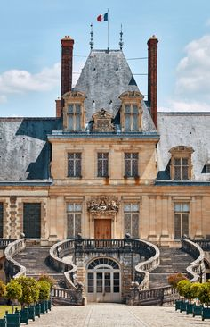 The horseshoe-shaped staircase that leads to the Château de Fontainebleau was built for Louis XIII.