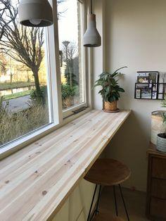 Op de plek van de oude keuken hebben we een barblad op maat voor het raam gemaakt, zodat we hier kunnen werken, lezen, ontbijten of tekenen met een leuk uitzicht op de voortuin :). Wellicht dat we hem later nog in een kleurtje lakken, maar voor nu vinden we de natuurlijke houtnerf erg mooi! We zijn heel blij met het eindresultaat en zitten hier super vaak! Wij zijn super blij met de service van OPMAATZAGEN.nl! De site is makkelijk in gebruik en overzichtelijk en daarnaast zijn de opties voor… Small Bedroom Inspiration, Interior Inspiration, Living Room Sets, Home Living Room, Cosy House, Room Decor Bedroom, Small Living, Home Kitchens, Sweet Home