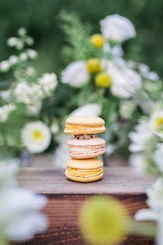 DIY Hochzeit mit freier Trauung im Wasserschlössl bei Altötting in Bayern. Macarons in rosa und gelb, Verobungsring und Eheringe <3