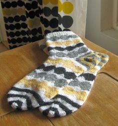 Räsymatto socks via Odelman kudelmat. Räsymatto fabric by Marimekko.: