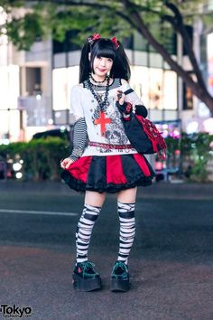 Japanese girls in coordinating gothic fashion on the street in Harajuku. Grunge Goth, Nu Goth, Grunge Style, Soft Grunge, Tokyo Street Fashion, Tokyo Street Style, Japanese Street Fashion, Visual Kei, Japanese Punk