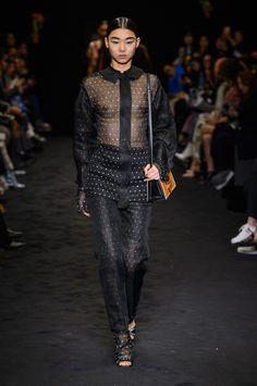 Loewe acerta no mix de tecidos, texturas, pesos e formas para o inverno 2018 - Vogue   Desfiles