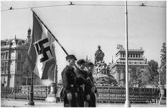 [b]Octubre de 1941. Tres jóvenes encabezan el desfile de las Juventudes Hitlerianas alrededor de la fuente de Cibeles, en una de las varias visitas que esta organización realizó a Madrid.[/b]   [i]October 1941. Three young men lead the parade of the Hitler Youth around the Cibeles fountain in one of the several visits of this organization to Madrid.[/i]   |[url=http://urech.aminus3.com/small/]small[/url]|[url=http://urech.aminus3.com/large/]LARGE[/url]|