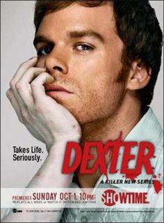 Estados Unidos (James Manos Jr., 2006-2013). Dexter es un forense especializado en análisis de salpicaduras de sangre en el Departamento de Policía de Miami. También es un fiel novio, un divertido padrastro, un hermano confidente y ―para algunos― un freak de la sangre. Pero además, Dexter es un psicópata que, al terminar su turno en la comisaría, busca a criminales cuestionables para saciar su particular moral y los mata... (Filmaffinity).