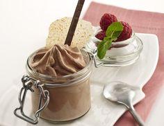 Für Mousse au Chocolat Express alle Zutaten gut verrühren, sodass das Pulver vollständig aufgelöst ist. In ein 0,5 L iSi Gerät füllen. Eine iSi